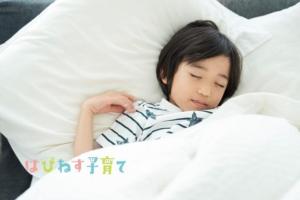 眠る男の子